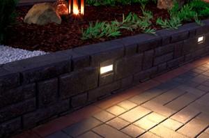 Betonisten muurikivien kanssa yhteensopivaksi mitoitetut muurivalaisimet asennetaan tukimuurien rakentamisen yhteydessä osaksi muurikokonaisuutta. Valoteho riittää ohjaamaan kulkua käytävillä ja portaikossa, ja luomaan tunnelmallista ilmapiiriä oleskelualueille.