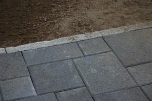 Kapeahkokin reunatuki maahan upotettuna ja  maakosteaan betoniin asennettuna antaa hyvän tuen pinnoitteelle ja varmistaa sen paikoillaan pysymisen.