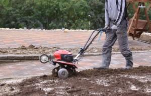 Perennoille sopiva kasvualustan vahvuus on keskimäärin  40 cm.  Ennen istuttamista kasvualustaan lisätään tarvittaessa maanparannusainetta, lannoitetta ja kalkkia. Lopuksi maa muokataan istutuskuntoon joko käsityönä lapiolla tai puutarhajyrsimellä.
