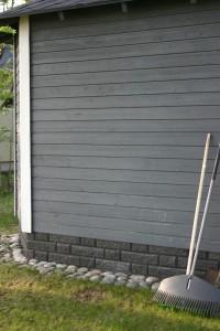 Betonisista muurikivistä tehty työkaluvajan sokkeli.