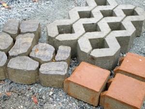 Hulevettä läpäiseviä kiviä on saatavana eri kokoisia, vahvuisia, muotoisia ja nykyään myös väreissä on vaihtoehtoja.
