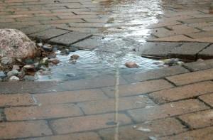 Etenkin autotallien edustoille ja pihateille syntyy helposti vettä kerääviä painanteita mikäli kiveyksen pohjaa ei ole tiivistetty erityisen huolella ja kallistukset eivät ole riittävät.