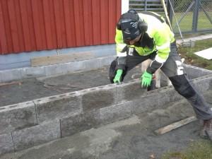 Lohkopintaisista, yleisimmin talojen julkisivuissa käytetyistä betoniharkoista voi rakentaa tyylikkään ja lahoamattoman kasvilavan.